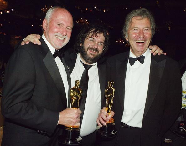 Michael Lynne sulla sinistra e Bob Shaye sulla destra con al centro Peter Jackson e la vittoria dell'Academy Award per Il Ritorno del Re.